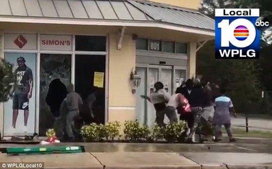 Mỹ: Lấy cắp súng trong bão Irma, đụng trúng SWAT - Ảnh 1.