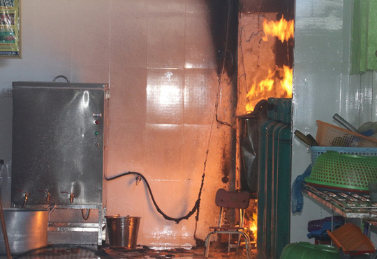 Cháy trường mầm non, hàng trăm trẻ sơ tán khẩn cấp - Ảnh 1.