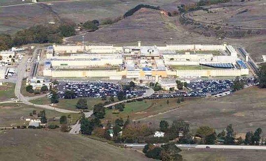 Hơn 100 tù nhân bạo loạn ở California, 9 người thương vong - Ảnh 1.