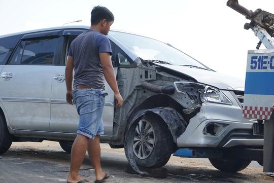 Toyota Innova văng như phim trên cầu Nguyễn Hữu Cảnh - Ảnh 1.