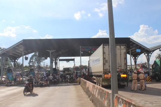 Trạm BOT Biên Hòa thông thoáng sau nhiều giờ tê liệt - Ảnh 8.