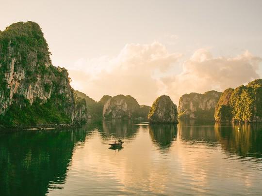Vịnh Hạ Long lọt top các di sản đẹp nhất thế giới - Ảnh 1.