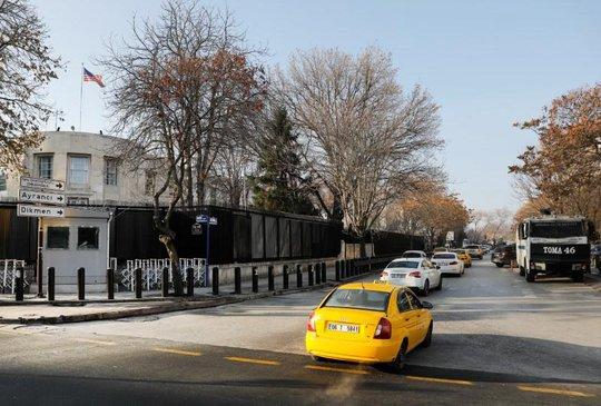 Một chiếc xe cảnh sát đậu gần Đại sứ quán Mỹ tại Ankara. Ảnh: REUTERS
