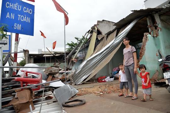 Khốn khổ sau vụ tai nạn xe tải tông sập 4 nhà dân - Ảnh 1.