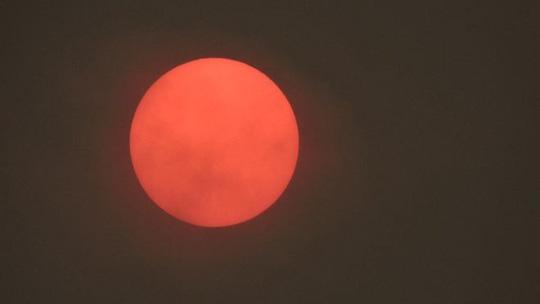 Bão mạnh làm mặt trời đỏ bất thường, thổi bùng cháy rừng - Ảnh 7.