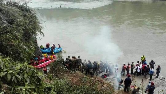 Xe buýt lao xuống sông, 31 người chết - Ảnh 1.