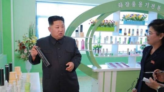 Ông Kim Jong-un tươi cười thăm nhà máy mỹ phẩm cùng vợ - Ảnh 4.