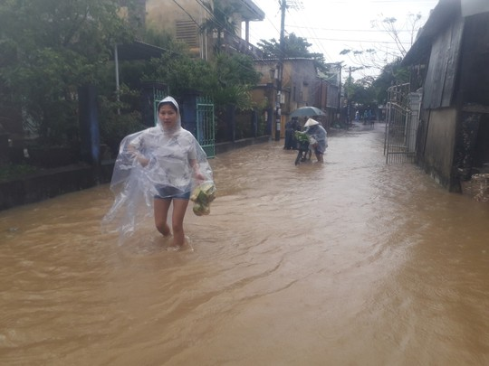 Làng mạc Quảng Nam ngập chìm trong nước, thủy điện vẫn xả lũ - Ảnh 15.
