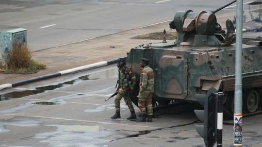 Binh sĩ vũ trang tập trung trên con đường dẫn tới văn phòng Tổng thống Robert Mugabe ở thủ đô Harare hôm 15-11. Ảnh: AP