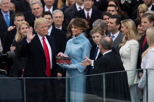 Tranh cãi về quả bóng hạt nhân trong tay ông Donald Trump - Ảnh 1.