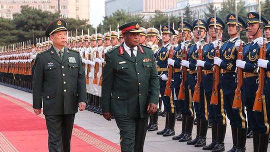 Trước đảo chính vài ngày, tư lệnh Zimbabwe thăm Trung Quốc - Ảnh 1.