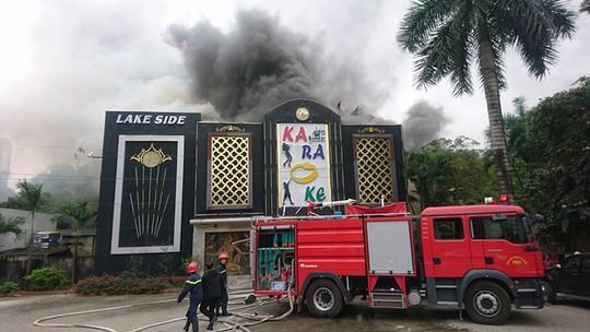Cháy lớn quán karaoke, chạy thoát thân trong khói đen mù mịt - Ảnh 3.