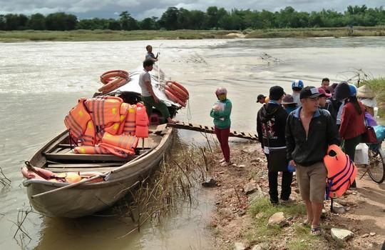 Quảng Ngãi: Thủy điện lại xả lũ, nhiều nơi bị chia cắt - Ảnh 2.