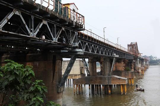 Bất ngờ phát hiện bom dài 2,5 m dưới gầm cầu Long Biên - Ảnh 1.