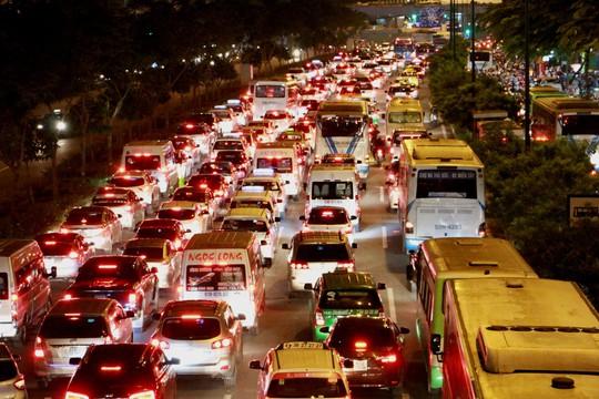 Kẹt xe dữ dội trên đường Phạm Văn Đồng tối cuối tuần - Ảnh 3.