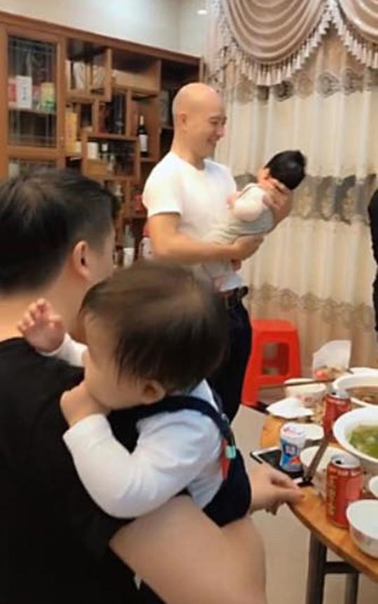 Chuyện lạ: Bố dỗ con nhỏ để mẹ thoải mái cụng ly - Ảnh 2.