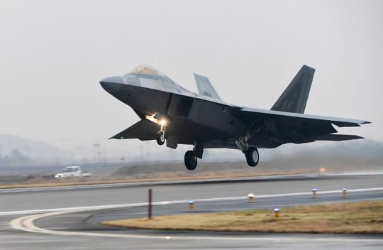 Một chiếc F-22 Raptor cất cánh từ căn cứ không quân ở Gwangju - Hàn Quốc hôm 4-12. Ảnh: YONHAP