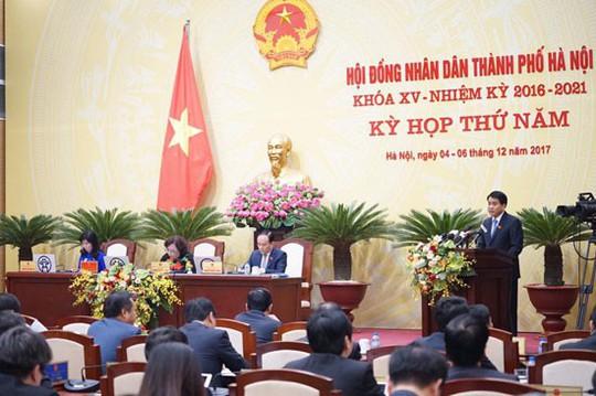 Kiểm tra đột xuất, Chủ tịch Hà Nội phát hiện lát đá vỉa hè bừa bãi - Ảnh 1.