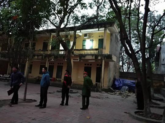 Sập lan can trường tiểu học, 16 học sinh bị thương - Ảnh 1.