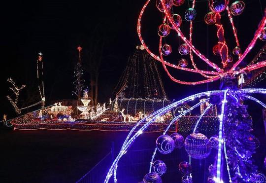 Chi gần 5 tỷ đồng thắp sáng 530.000 đèn Giáng sinh - Ảnh 2.