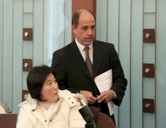 LHQ họp báo, người phụ nữ Triều Tiên khóc đòi về nước - Ảnh 1.