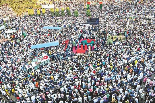 Ước tính hàng chục ngàn người đã tới đám tang của ông Chowdhury. Ảnh: THE DAILY STAR