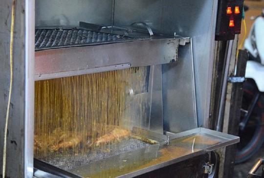 Cơm gà xối mỡ bằng máy đúng nghĩa, mê hoặc người Sài Gòn - Ảnh 1.