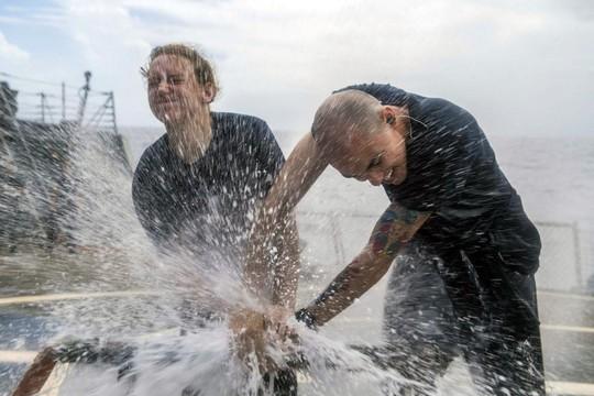 Những hình ảnh ấn tượng của hải quân Mỹ năm 2017 - Ảnh 7.