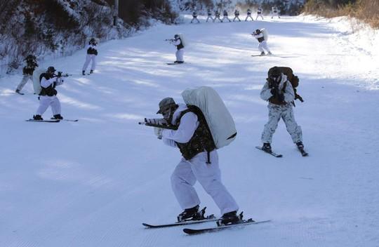 Lính Mỹ - Hàn cởi trần tập trận trong tuyết lạnh - Ảnh 3.