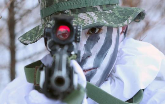 Lính Mỹ - Hàn cởi trần tập trận trong tuyết lạnh - Ảnh 6.