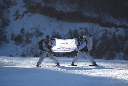 Lính Mỹ - Hàn cởi trần tập trận trong tuyết lạnh - Ảnh 10.