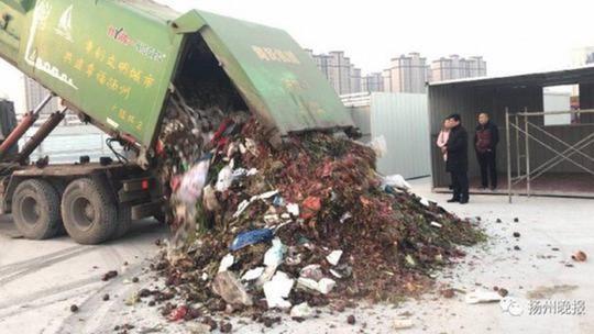 Lật tung 13 tấn rác, tìm nhẫn kim cương hơn 16.000 USD - Ảnh 1.