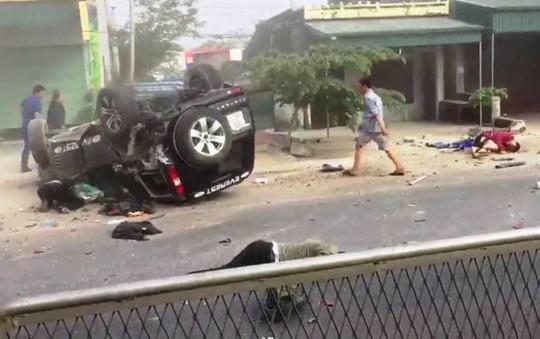 Xe 7 chỗ tông xe máy, 2 người chết, 2 người bị thương nặng - Ảnh 1.
