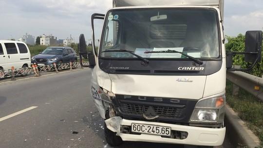 Xe tải cũng bị móp phần đầu sau va chạm