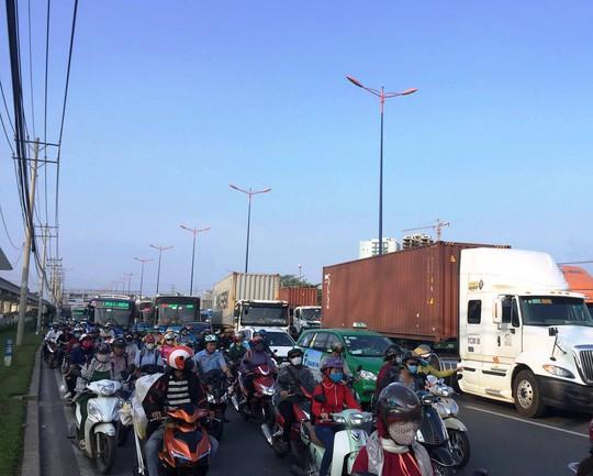 Giao thông trên xa lộ Hà Nội, đoạn qua khu vực bị ùn ứ do ảnh hưởng bởi vụ tai nạn