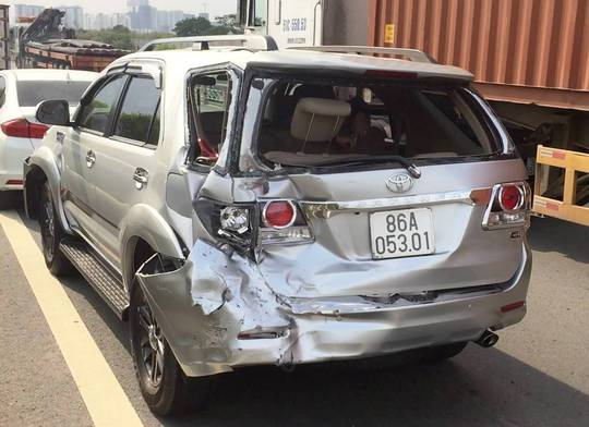 Chiếc ô tô 7 chỗ bị hư hỏng nặng phần đuôi