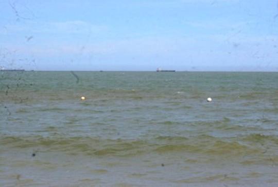 10 người nhảy xuống biển trên con tàu gần 5.000 tấn bị chìm - Ảnh 1.