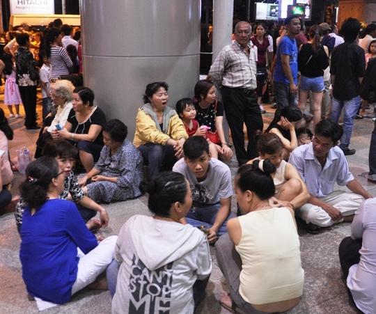 Chen nhau đón người thân tại sân bay Tân Sơn Nhất