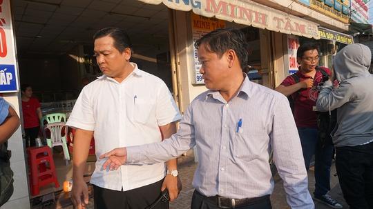 Ông Nguyễn Gia Thái Bình, Phó chủ tịch UBND quận Bình Tân, TP HCM (phải) xuống đường đòi lại vỉa hè chiều 7-3.