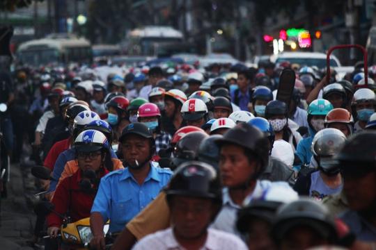 Đường Nguyễn Kiệm là một trong những tuyến đường kẹt xe nặng nề nhất, dòng người chật như nêm nhúc nhích từng chút một.