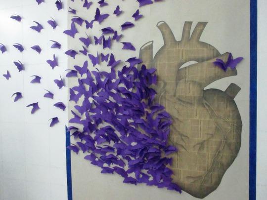 Biểu tượng của buổi lễ do các em sinh viên tự tay làm và lên ý tưởng: trái tim xám màu của một người đã khuất, nhưng tỏa ra những cánh bướm sự sống, như đóa bồ công anh không tiếc thân xác tung hạt theo gió
