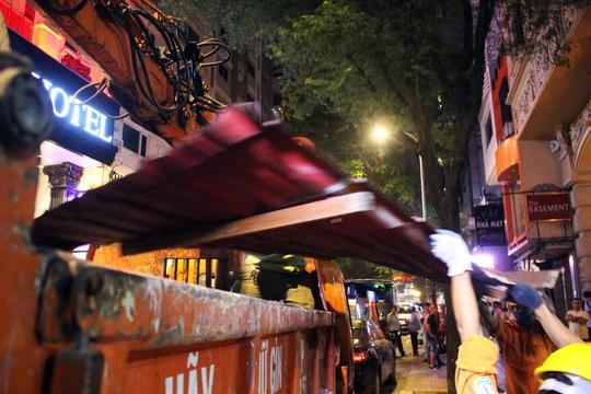 Các quán cà phê, trung tâm dịch vụ du lịch, nhà hàng lớn trên đường Thủ Khoa Huân có biển hiệu, đồ đạc lấn chiếm vỉa hè đều bị tháo dỡ.