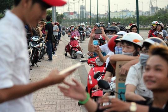 Khoảng 16 giờ, người dân tập trung thả diều nhiều thu hút sự chú ý của người đi đường vừa tan tầm để trở về nhà. Nhiều người thích thú dừng xe lại quan sát.