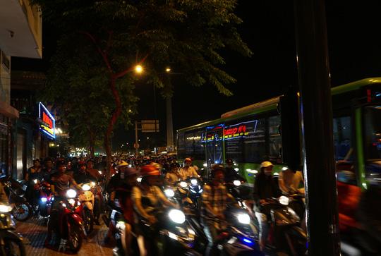 Dòng xe cũng xếp kín trên vỉa hè đường Phạm Văn Đồng, đoạn qua vòng xoay Lê Quang Định để tìm cách lưu thông