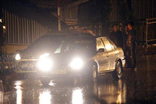 Mưa lớn bất ngờ khiến đường trơn trượt, hai ô tô xảy ra va chạm khi đổ dốc cầu Bình Lợi. Các tài xế phải đứng dưới mưa để thỏa thuận.