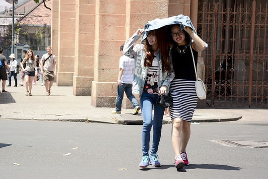Những ngày qua, thời tiết ở TP HCM nắng gắt khiến nhiều người ngại ra đường - ảnh: MINH THANH