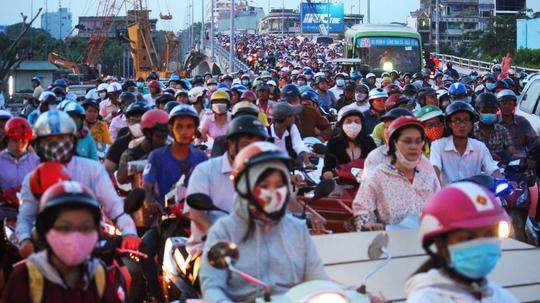 Một trong những nguyên nhân khác gây ra tình trạng kẹt xe trên cầu Nguyễn Tri Phương là đèn đỏ ngay dốc cầu Chánh Hưng và đường ngang Hưng Phú.