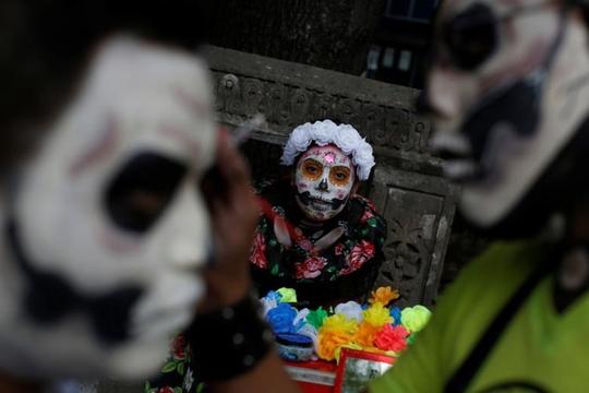 """Kinh dị """"bộ xương"""" diễu hành trong lễ hội người chết ở Mexico - Ảnh 10."""