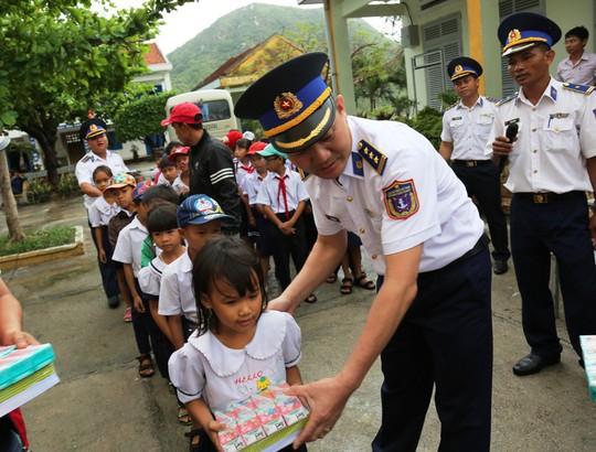 Cảnh sát biển Vùng III giúp dân vùng tâm bão số 12 - Ảnh 4.
