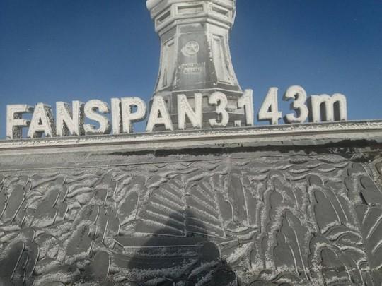 Cận cảnh đỉnh Fansipan trắng xóa trong băng tuyết - Ảnh 9.